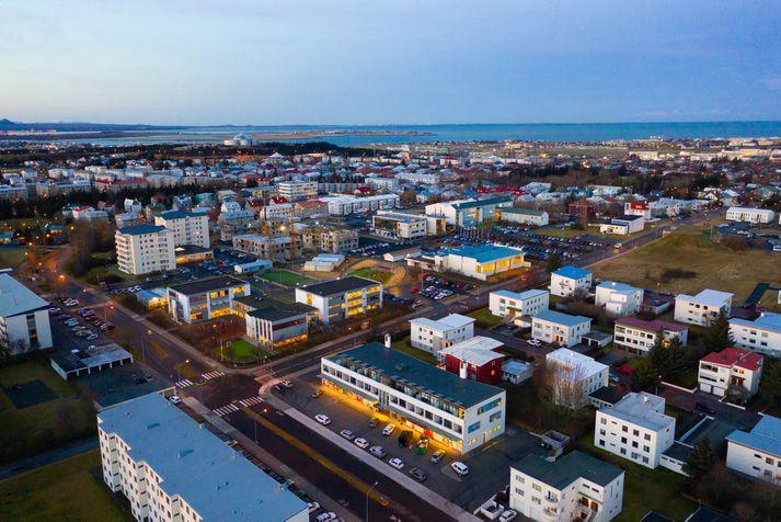 Í Hagsjánni segir að verð á fjölbýli hækkaði um 0,8% milli september og október en á móti lækkaði verð á sérbýli um 0,5%.