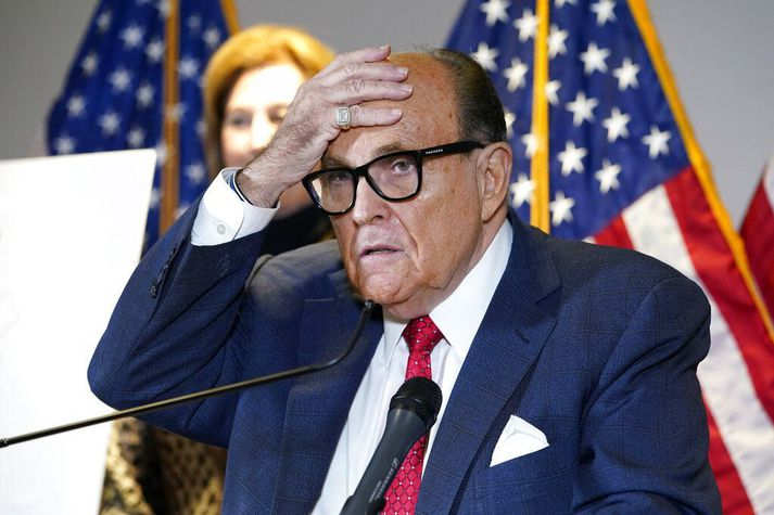Svo virðist sem að hitna sé tekið undir Rudy Giuliani, persónlegum lögmanni Trump fyrrverandi forseta.