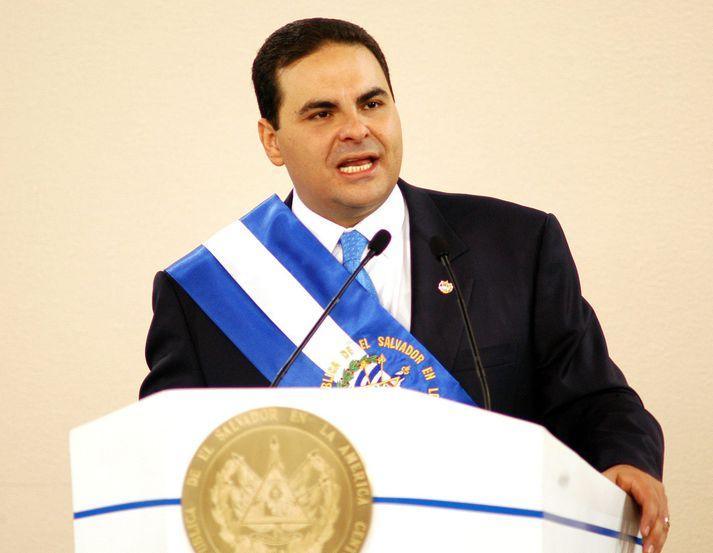 Tony Saca þegar hann tók við embætti forseta El Salvador árið 2004, nú er hann á leið í fangelsi fyrir fjárdrátt og peningaþvott