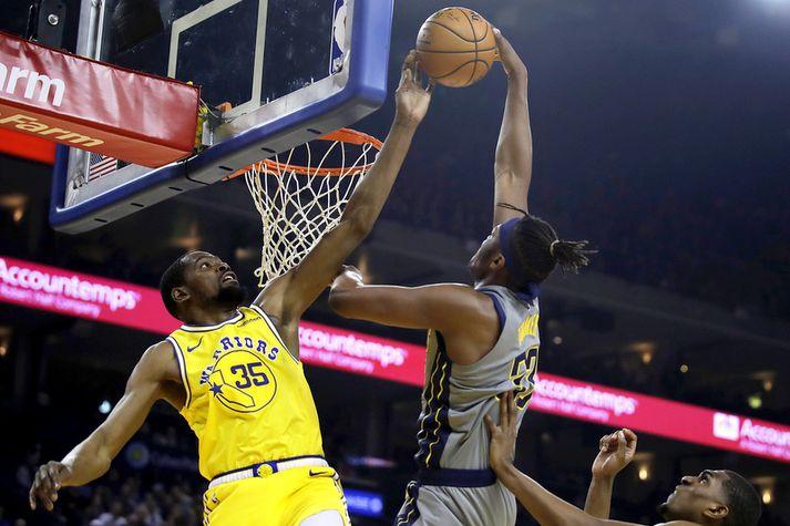 Kevin Durant ver skot frá leikmanni Indiana Pacers í nótt.