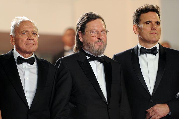 Lars von Trier sést hér á frumsýningu The House That Jack Built í Cannes í Frakklandi í gær. Aðalleikari myndarinnar, Matt Dillon, er hægra megin við Trier á myndinni.