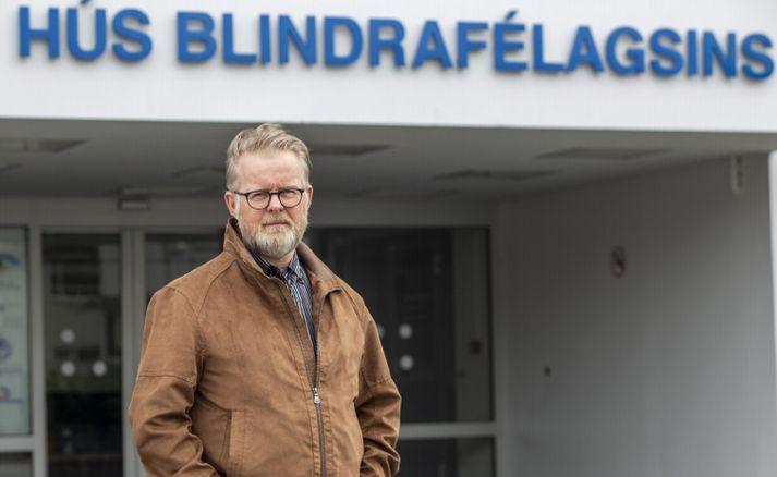 Kristinn Halldór Einarsson, framkvæmdastjóri Blindrafélagsins, fyrir fram hús félagsins í Hamrahlíð.