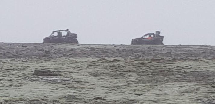 Þessi mynd náðist af meintum brotum þegar skotið var af farartækjum og ekið utanvegar að Fjallabak.