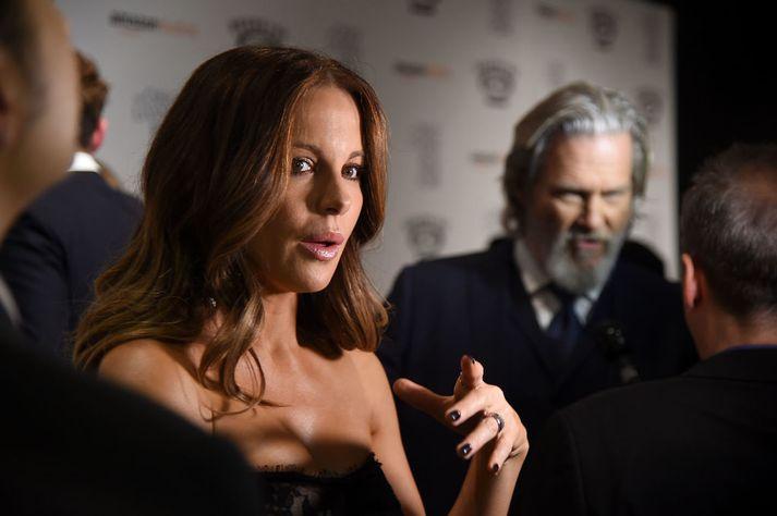 Kate Beckinsale segist hafa verið sautján ára þegar Harvey Weinstein hafði í frammi óviðeigandi hegðun í hennar garð.