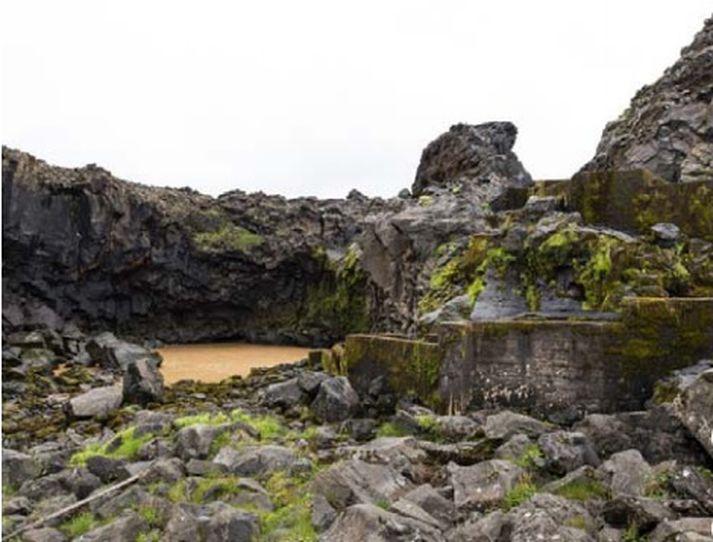 Laxastiginn á myndinni er vita gagnslaus sökum vatnsleysis. Allt að þrjátíu metra lag af drullu er í gamla árfarveginum.