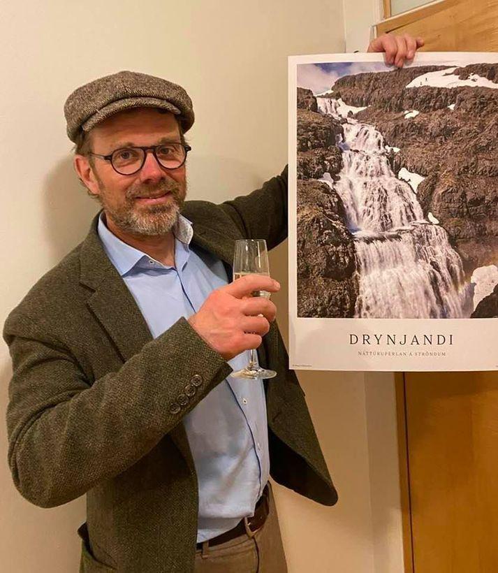 Þessa mynd birti Tómas Guðbjartsson, læknir, af sér í gær með mynd af fossinum Drynjanda sem er á því svæði þar sem reisa átti Hvalárvirkjun.