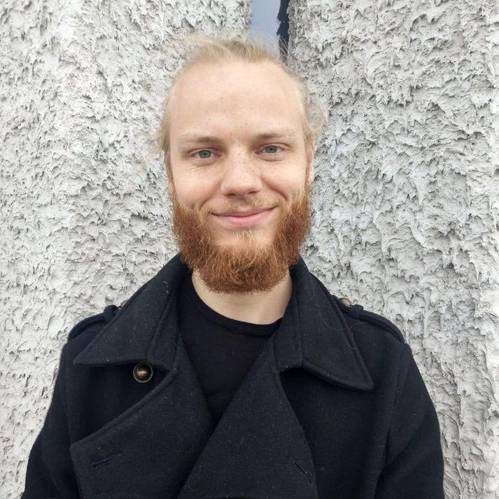Sigurður Hermannsson er menntaður málvísindamaður og hefur frá 2017 helgað líf sitt íslenskukennslu fyrir útlendinga.