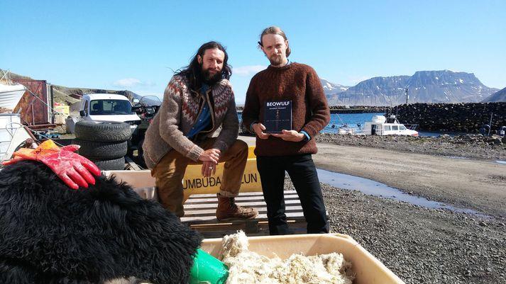 Kanadamennirnir Daniel og James í sólinni í Norðurfirði í gær.