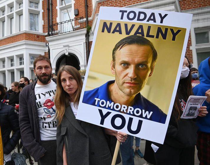 Stuðningsmenn Navalní mótmæltu meðal annars við rússneska sendiráðið í London á miðvikudag. Fleiri en þúsund stuðningsmenn hans voru handteknir í Rússlandi þann dag.