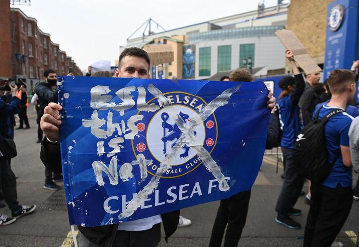 Staðið var að miklum mótmælum fyrir utan Stamford Bridge fyrir leik Chelsea við Brighton í gærkvöld. Brighton er á meðal félaganna sem skoðar að refsa Chelsea auk hinna félaganna fimm fyrir þátttöku í stofnun Ofurdeildar Evrópu.