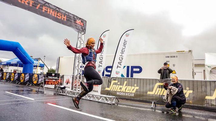 Ragnheiður Sveinbjörnsdóttir hoppar hér í mark.