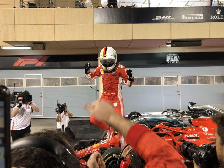 Vettel fagnar eftir sigurinn í dag