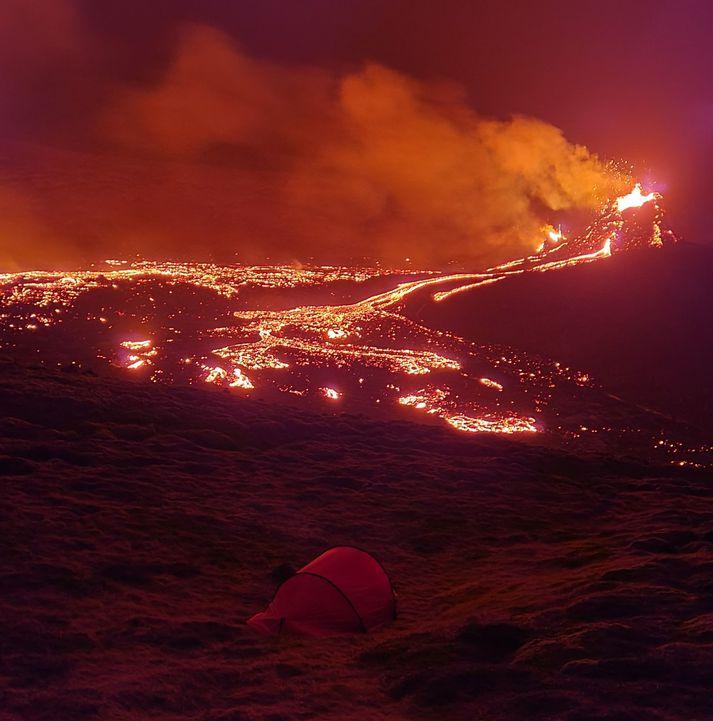 Einn þreyttur ferðalangur ákvað að leggja sig í tjaldi í Geldingadal í nótt.