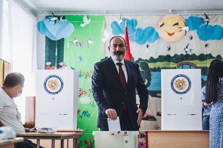Nikol Pashinyan greiddi atkvæði í dag, sjálfum sér eflaust.