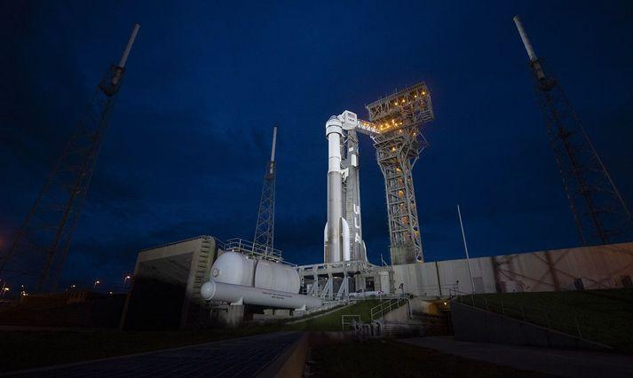 Starliner á toppi Atlas-V geimflaugar í Flórída í nótt.