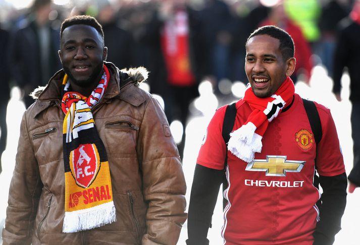 Stuðningsmenn Arsenal og Manchester United á leiðinni á völlinn.