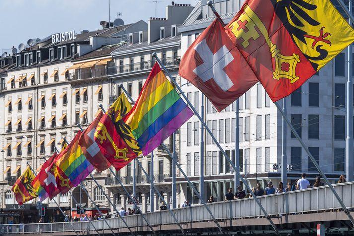 Hinseginfánar að húni í tilefni af Pride göngunni í Genf í Sviss.