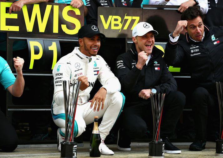 Mercedesmennirnir Hamilton og Bottas fagna