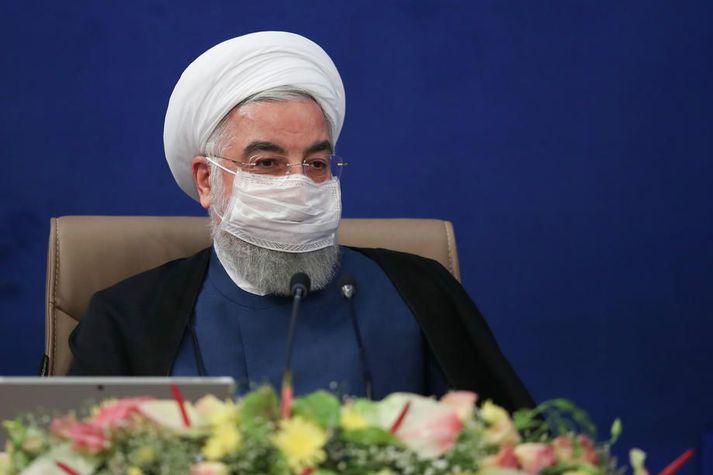 Hassan Rouhani, forseti Íran, tilkynnir samkomubann til að stemma stigu við útbreiðslu kórónuveirunnar.