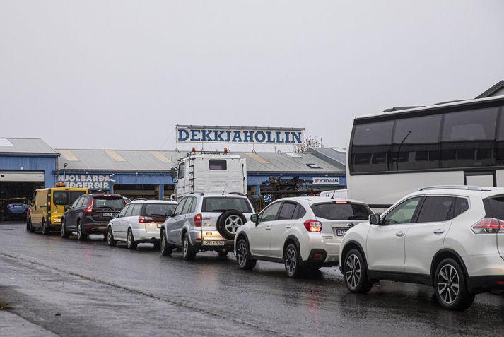 Röðin var löng í dekkjaskipti á Akureyri í gær.