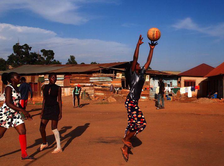 Stúlkur sem taka þátt í verkefni Hjálparstarfsins í Kampala, Úganda.