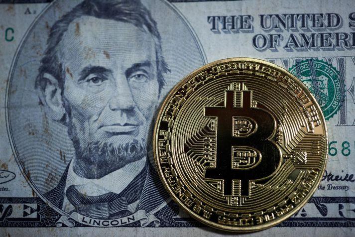 Bitcoin er rafræn mynt og stunda eigendur hennar ekki viðskipti með skildingi líkt og þessum.