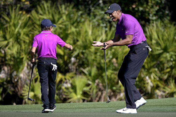 Tiger Woods fagnar hér stráknum sínum eftir að Charlie tryggði feðgunum örn á þriðju holu.