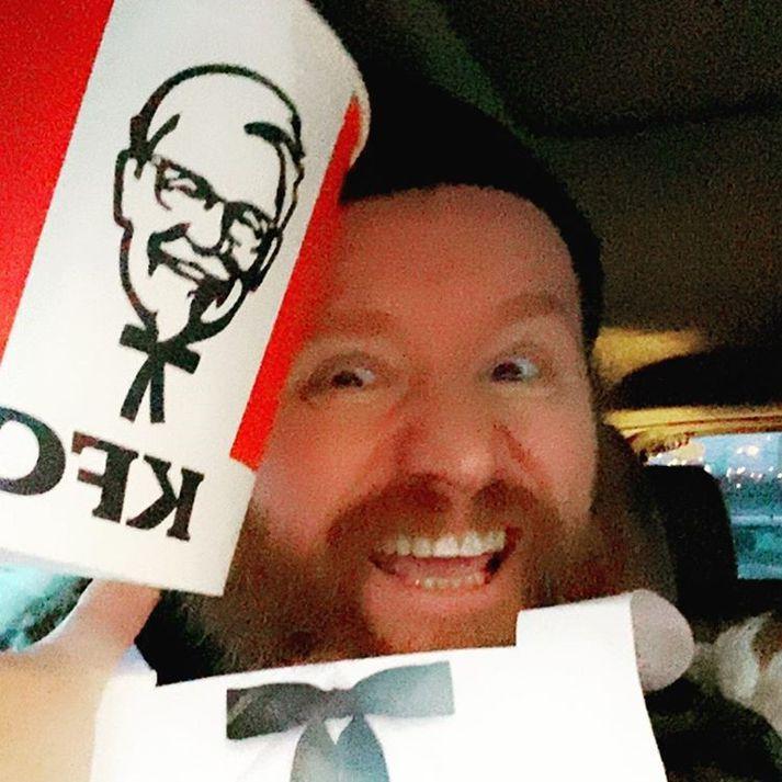Pétur og amma hans eiga núna möguleika á að fá aðra Íþróttafötu frá KFC þar sem Pétur merkti myndina með fötuna á Instagram með #KFCEM en FM 957, Ghostlamp og KFC hafa efnt til leiks þess efnis.