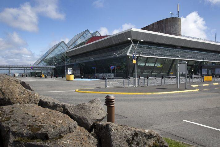 Taskan fannst í suðurbyggingu vallarins á sjötta tímanum í dag.