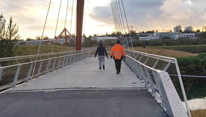 Spígsporað með veiðistöng á brúnni við Geirsnef.