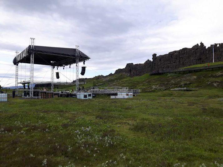 Settur hefur verið upp hátíðarpallur við Lögberg vegna fundarins.