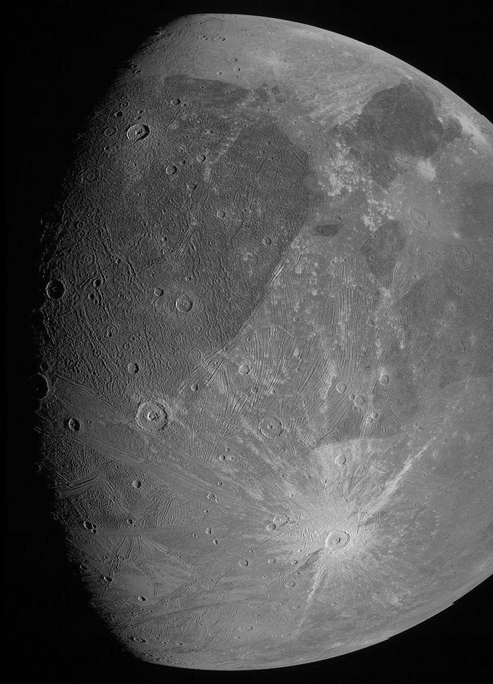 Svarthví mynd af Ganýmedes sem Juno tók þegar farið flaug fram hjá 7. júní 2021.
