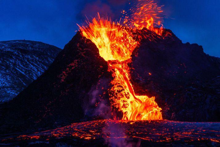 Hraunpollurinn sem myndast hafði norður af gígnum Norðra í Geldingadölum tæmdist að hluta í nótt.