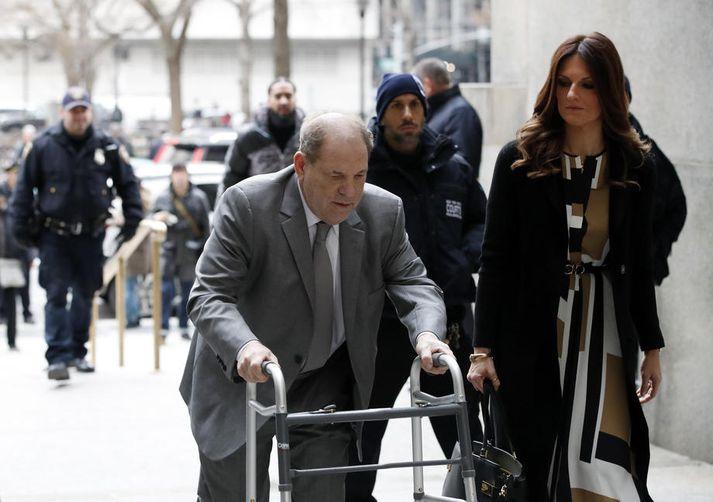 Harvey Weinstein kemur til réttarhaldanna í New York.