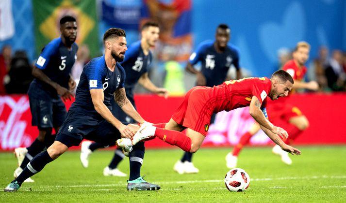 Eden Hazard á leið í grasið eftir draugabrotið hans Oliver Giroud.