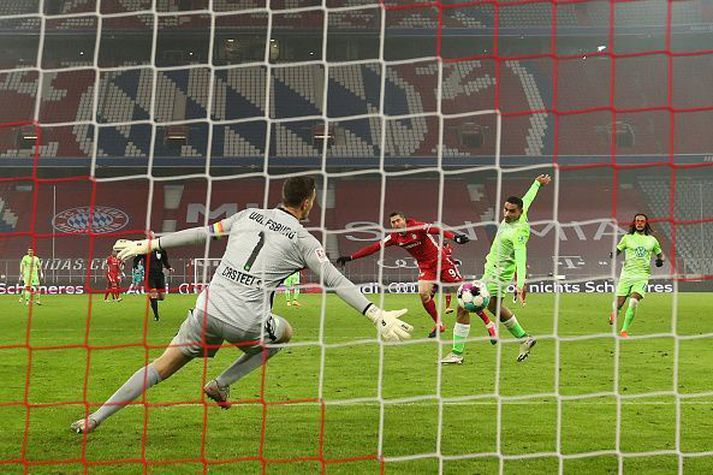 Lewandowski skorar sigurmarkið í kvöld á Allianz Arena.