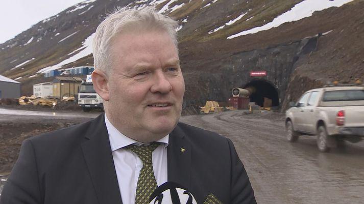 Sigurður Ingi Jóhannsson samgönguráðherra við munna Dýrafjarðarganga í dag.
