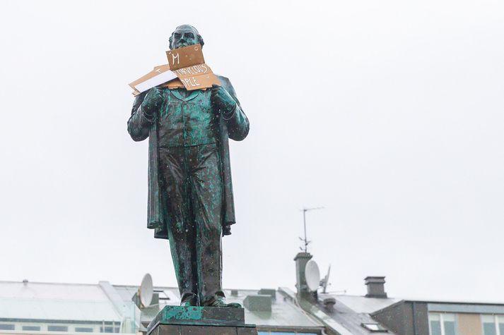 Styttan af Jóni Sigurðssyni hlaðin skiltum á Austurvelli í gær.