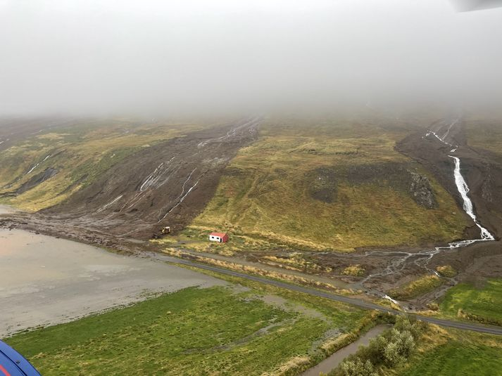 Fjölmargar aurskriður féllu í Útkinn um helgina og voru bæir þar rýmdir.