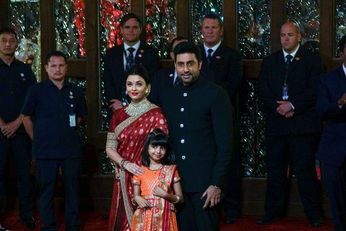 Abhishek Bachchan og Aishwarya Rai Bachchan ásamt dótturinni Aaradhya. Þau greindust öll með kórónuveiruna nú um helgina.