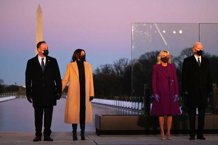 Kamala Harris og Joe Biden eru hér ásamt mökum sínum, Doug Emhoff og Jill Biden, við minningarathöfn í Washington-borg í gær sem haldin var vegna þeirra sem látist hafa í Bandaríkjunum vegna Covid-19.