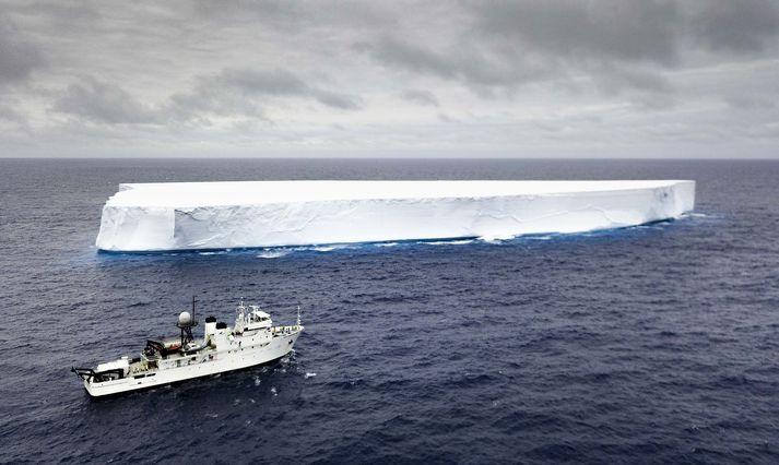 Móðurskipið Pressure Drop í Suður-Íshafinu. Á dekkinu á skuti skipsins sést kafbáturinn Limiting Factor sem kafaði niður í dýpstu hyli heimshafanna.