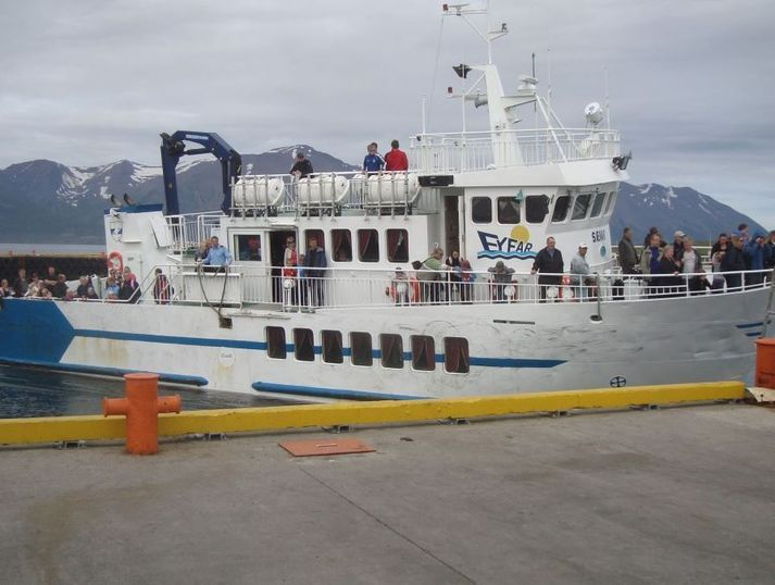Prom Sævar pływa na wyspęHrísey z Árskógssandur