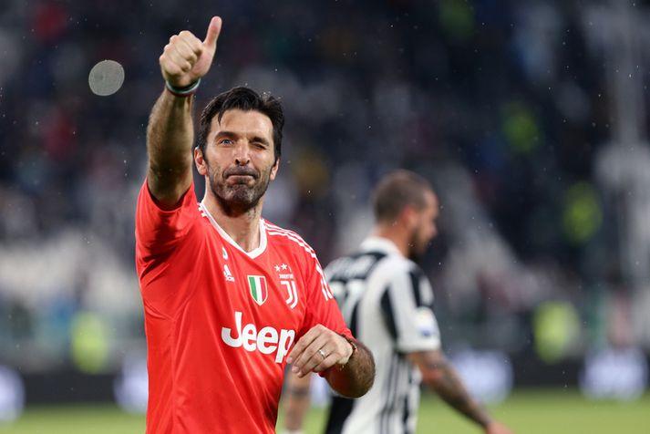 Gianluigi Buffon fagnar eftir sigur Juventus í ítölsku deildinni um helgina.