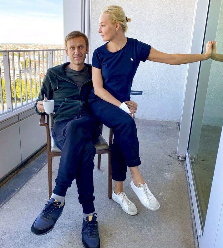 Alexei Navalní með eiginkonu sinni Júlíu, á svölum sjúkrastofu hans á Charité-sjúkrahússins í Berlín.