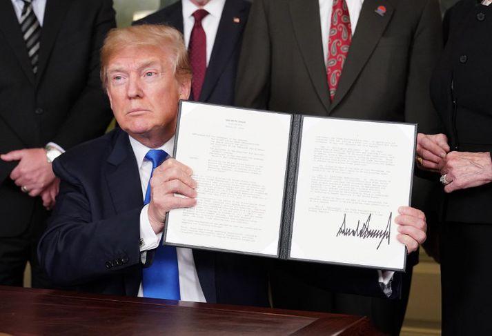 Trump skrifaði undir minnisblað um refsitollana gegn Kína í Hvíta húsinu í dag.