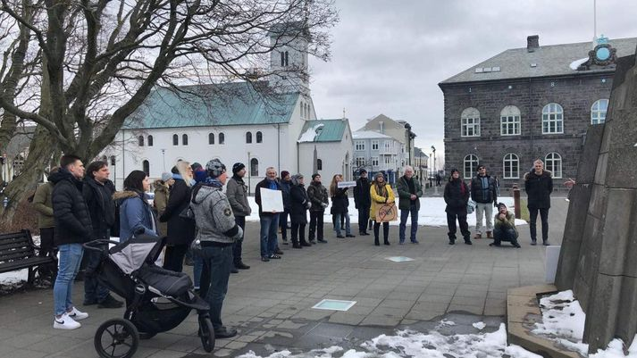 Hópur fólks var saman kominn á Austurvelli fyrr í dag til að mótmæla sóttvarnaaðgerðum stjórnvalda.