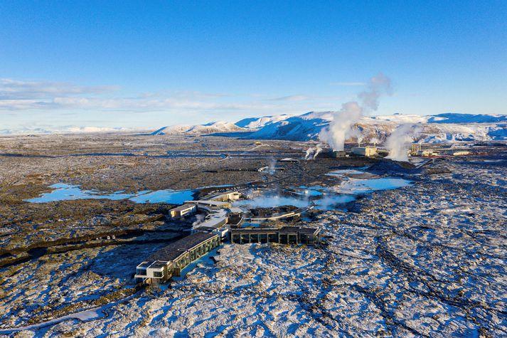 Fjallið Þorbjörn sést hér bak við Bláa lónið.