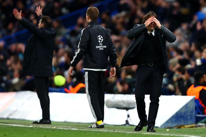 Antonio Conte, knattspyrnustjóri Chelsea, lifir sig inn í leikinn á hliðarlínunni.