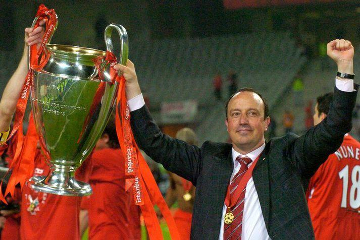 Rafael Benitez, knattspyrnustjóri Liverpool, með bikarinn eftir sigur Liverpool í Meistaradeildinni 2005 en Stephen Warnock var hvergi sjáanlegur í fögnuðinum eftir leik.